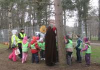 Muhv ja Nähka lastele männipuud tutvustamas.