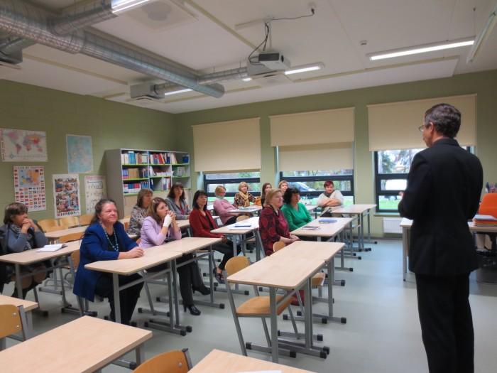 Nõo Reaalgümnaasiumi direktor Jaanus Järveoja inglise keele õpetajate infoseminaril külaliste ees.