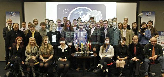 EstCube-1 tudengitest tegijad koos juhendajate ja sõpradega satelliidi esitlusel Tallinna teletornis 21. jaanuaril 2012.