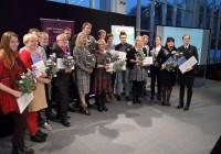 2014. aastal teaduse populariseerimise eest autasu saanute ühispilt Tallinna laululava klaassaalis. Foto: Raivo Juurak