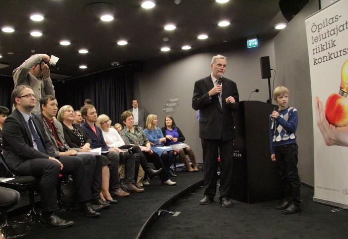 Franz Krull Parksepa keskkoolist (Võru vald, Võrumaa) selgitab kuulajatele, kuidas on kõige lihtsam väikevennale sudokut õpetada.