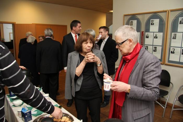 Õppejõud Viive-Riina Ruus ja lavastaja Merle Karusoo meenutavad konverentsi kohvipausi ajal oma legendaarseid õpetajaid. Foto: Raivo Juurak
