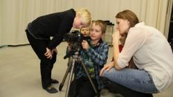 Mis on suur plaan ja üldplaan? Õpilastele jagab selgitusi filmikooli õpetaja Elyna Nevski. Foto: Raivo Juurak