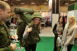 Tüdrukud proovisid, kas sõjaväelase karjäär oleks jõukohane.