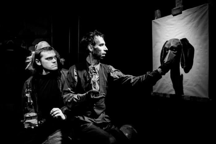 Theatrumi lavastuses kehastavad Popi (Tarmo Song, fotol paremal) ja Huhuu (Mirko Rajas teatrist NUKU) inimloomuse kaht poolt. Foto: Ülar Mändmets