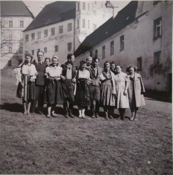 Eestist pärit järelümberasujad Lõuna-Saksamaal Neresheimi kloostri õuel 1941. aastal. Foto: erakogu