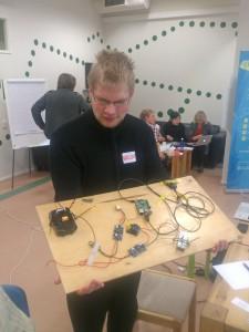 Kutsehariduskeskuses tarkvara arendust õppiv Valdur Kana on osaline projektis, mis arendab võtmeta sissepääsusüsteemi. Foto: Tartu KHK