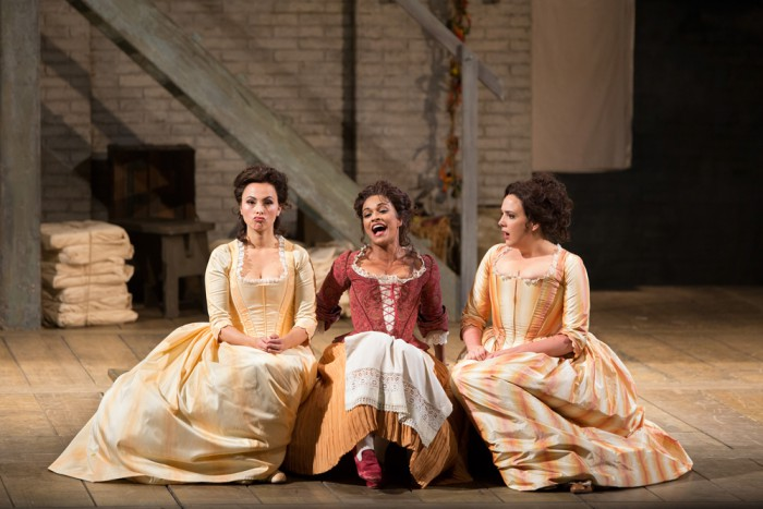 "Dorabella (Isabel Leonard), Despina (Danielle de Niese) ja Fiordiligi (Susanna Phillips) Mozarti ooperis ""Nii teevad kõik naised"" ehk ""Così fan tutte"". Foto: Marty Sohl"