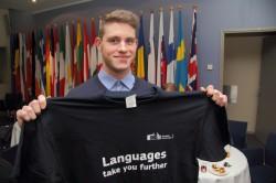 Carl-Caspar Kohvi autasustati keeleõpet propageeriva särgiga.