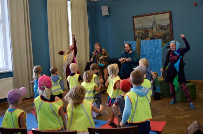 """Soome teatritrupi Vaara-kollektiivi lastelavastus """"Valepidimaa"""" Tallinna keskraamatukogus. Foto: Tallinna keskraamatukogu"""