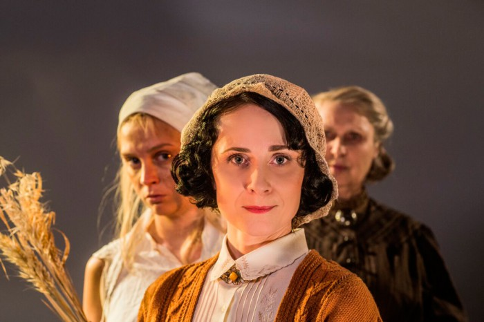 Suvelavastuse keskmes on Kõrboja naised: esiplaanil Anna (Kadri Lepp), Eevi (Adeele Sepp) ja Madli (Luule Komissarov). Foto: Gabriela Liivamägi