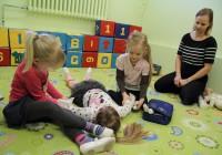 Rabarübliku lasteaia esmaabiringi lapsed harjutavad haavade sidumist. Juhendab koolitaja Margit Pärn. Fotod: Raivo Juurak