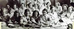 Eesti naisliidu kodumajanduse instituudi õpilased 5. oktoobril 1935 õmbluspraktikal. Foto: ARHMUS