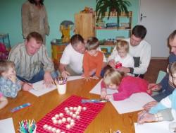 Põlva Mesimummu lasteaia lastele meeldib koos isadega joonistada ja meisterdada.