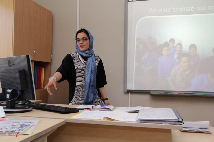 Õpetaja Fatema tutvustab Kalamaja põhikooli 7. klassis slaidide abiga oma kooli. Fotod: Raivo Juurak