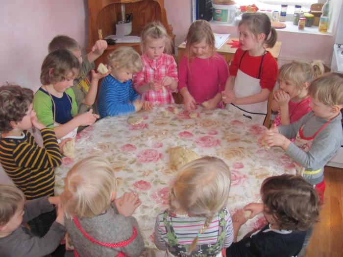 Waldorf-lasteaias toimub igal nädalapäeval üks kindel põhitegevus – reedeti küpsetavad lapsed saia. Fotod: Jaanika Tammemäe