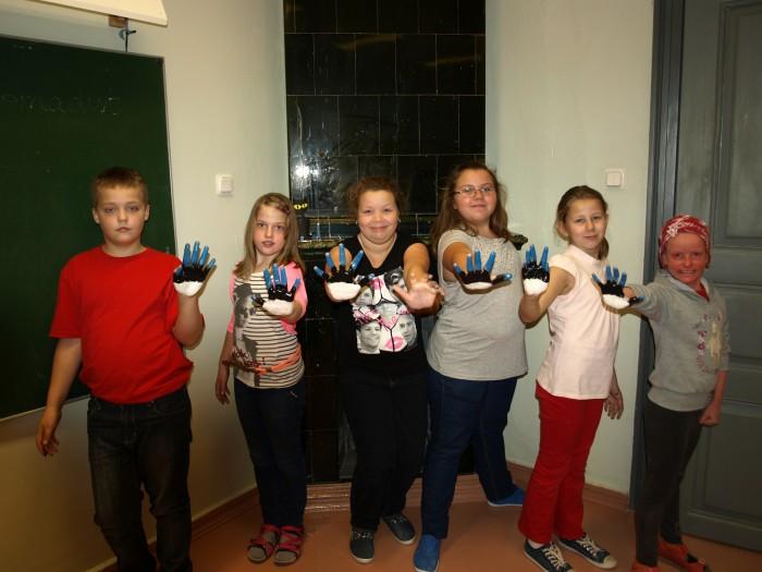 Kõpu põhikooli neljanda klassi õpilased saadavad koos plakati ja Eestit tutvustavate infokaartidega oma 11 partnerile ka enda sinimustvalged käejäljed. Tervitused jõuavad Ungarisse, Portugali, Leetu, Poola, Türki, Rumeeniasse, Itaaliasse, Hispaaniasse, Kreekasse, Saksamaale ja Tšehhi. Foto: Kadri Linder
