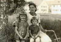 Järelümberasujad Lõuna-Saksamaal Bad Windsheimi laagris. Fotol Hildegard Gross tütarde Kiira ja Heidiga 1941. aasta suvel. FOTO: ERAKOGU
