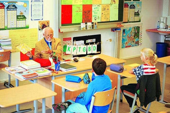 Kirjanik Mati Soonik külastab algkooli eesti keele tundi.