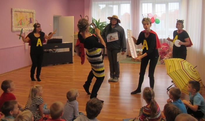 Pärnu lasteaiaõpetajate uurimisõppe ühenduse aktiivi liikmed külastasid temaatilise lavastusmänguga Pärnu lasteaedasid. Fotod: erakogu