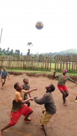 Koolipäeva ainsa, kolmveerand tundi kestva vahetunni ajal mängivad lapsed jalgpalli.