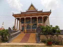 Wat Kok Chork on üks paljudest templitest Kambodžas, kus mungad on võtnud endale kohustuse inimestele haridust jagada. Templi territooriumil asetsev kool õpetab inglise keelt, arvutit ning kunsti. Õppima tullakse siia sellepärast, et riigikoolides on nende ainete tase sageli kehvakene või puudub sootuks, erakoolis pole aga noortel rahapuudusel võimalik käia.