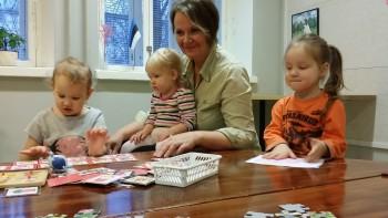 Lasteaia juhataja Annika Madissoni sõnul tuleb selleks, et teises keelekeskkonnas elades emakeeleoskus ei kaoks, järjepidevat tööd teha.