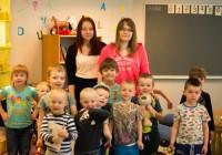 Tallinna ülikooli üliõpilased Hannagret Vanatoa (vasakul) ja Natalja Gusjuk kinnitavad, et said Helsingi Anni lasteaias praktikal olles palju kasulikke kogemusi. Nad viisid lastega läbi ka ühe kunstitegevuse, nimelt meisterdasid putukate pulganukke. Fotod: erakogu