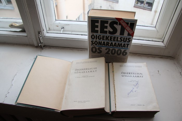 Valik varasemaid õigekeelsussõnastikke aastatest 1960, 1976 ja 2006. ÕS 2013 kaanekujundus veel valmis ei ole. Foto: Raivo Juurak