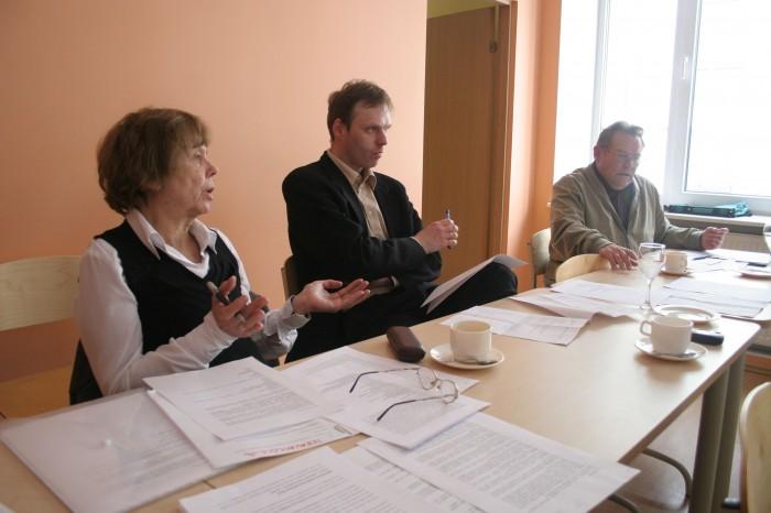Üks esimesi haridusleksikoni koostamise koosolekuid 2008. aasta kevadel. Vasakult: Viive-Riina Ruus, Rain Mikser ja Jüri Orn. Foto: Raivo Juurak