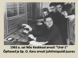 """1965. aastal sai Nõo keskkool arvuti """"Ural-1"""". Õpilased ja õpetaja O.Karu arvuti juhtimispuldi juures. Foto: arhiiv"""