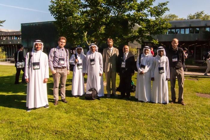 IPhO lõpetamine: võistkonna liikmed on valgetes rüüdes, Stanislav Zavjalov (vasakult teine), Jaan Kalda ja Abdulaziz Al-Harti (keskel), Mihkel Kree (paremal viimane). Fotod: Jaan Kalda ja Stanislav Zavjalov