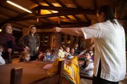 Kultuurilootunnis. Õpetaja Maiu Kull näitab rahvariideseelikut ja -vööd.