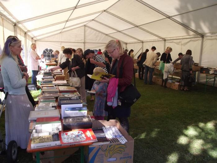 Sügisene raamatulaat Kadriorus Vilde majamuuseumi õuel toob alati kokku hulga kirjandushuvilisi. Fotod: Vilde muuseum, Mari Klein