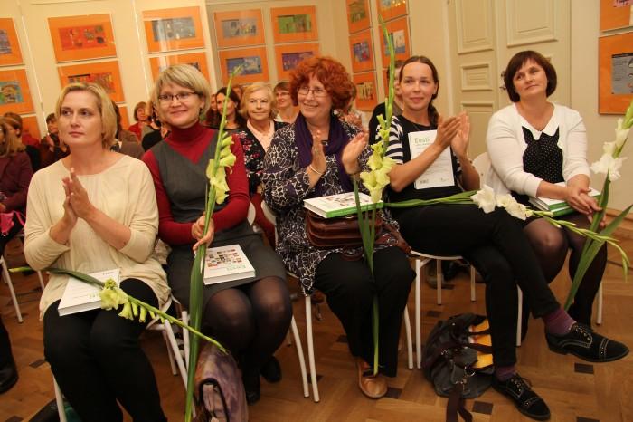 Kogumiku artiklite autorid: Ilona Martson, Ave Mattheus, Krista Kumberg, Mari Niitra ja Jaanika Palm.  Foto: Raivo Juurak