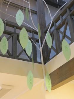 Fuajees on puu, mille lehtedel laste sõnastatud väärtused.