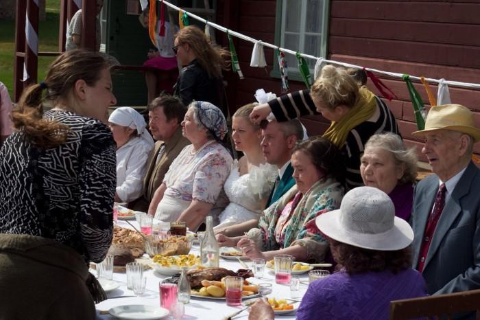 """Anna Hints filmi """"Vaba maa"""" võtteplatsil näitlejaid juhendamas."""