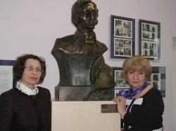 Narva muusikakooli direktor Tatjana Gontšarova (paremal) ja õppealajuhataja Irina Vorobjova   Chopini büstiga, mille kinkis koolile Chopini 7. konkursiks peasponsor  Miroslaw Pieńkowski.