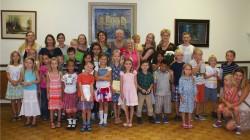 Washingtoni eesti kooli pere selle õppeaasta esimesel koolipäeval. Koolis, kus on üle 40 õpilase ja kümmekond õpetajat, toimuvad tunnid igal teisel laupäeval. Õppekavas on eesti keel ja kultuurilugu, kunsti-, muusika- ja rahvatantsutunnid. Fotod: erakogu