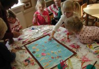 Tartu Meelespea lasteaia sünnipäevanädalal oli külalistel võimalus käia rühmades, osaleda tegevustes ja näha õpetajate igapäevatööd. Pääsusabade rühma lapsed meisterdasid parajasti õpetajate juhendamisel veealust maailma. Fotod: Tiina Vapper