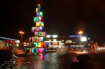 2015. aasta jõulupuu koosneb 121 värvilisest aknast.