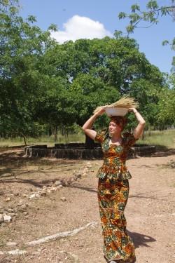 Nagu aafriklanna: Liina Saaremäe kohalikus kostüümis ja kandamiga pea peal.