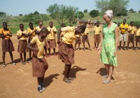 Kongo küla koolitüdrukute tänutants õpetaja Liina Saaremäele. Fotod: erakogu