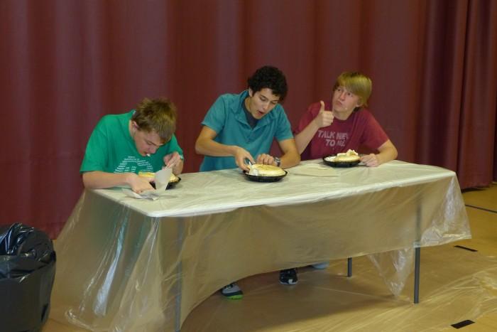 """Ülekoolilise pirukasöömisvõistluse gümnaasiumi osas võistles kolm kõhna poissi, kes sõid viis minutit kestnud võistluse jooksul oma pirukaid vaoshoitult ja aeglaselt, üldsegi mitte nii, nagu Ameerika filmides. Teised õplased elasid neile kaasa ja vahel isegi hõikasid: """"Söö aeglaselt!"""" Võistluse lõppedes oli igaühel hulk pirukat veel järel."""