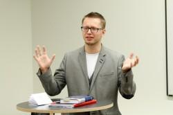 Urmo Reitav jõuab palju: annab Viljandi gümnaasiumis ühiskonnaõpetuse tunde ja on kooli noorsootöö üks eestvedajaid, õpetab Tallinna ülikoolis tulevasi noorsootöötajaid, veab noorteklubi. Lisaks kõigele sellele on ta võtnud südameasjaks Narva puudust kannatavad lapsed. Foto: Mikk Mihkel Vaabel