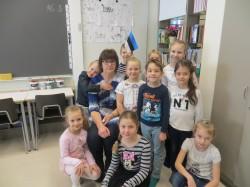 Õpetaja Silja Aavik oma esimese klassiga.