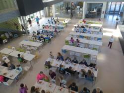 Kooli söökla paikneb valgusküllases aatriumis. Iga õpilane saab ise endale toitu tõsta, valikus on alati mitu toorsalatit. Söökla on ühtlasi ka kooli aulaks.