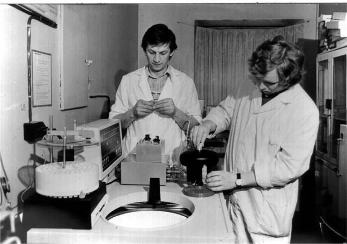 Eesti Geenivaramu direktor professor Andres Metspalu (paremal) ja Helsingi ülikooli professor Mart Saarma 1970. aastate lõpus ribosoomi katset tegemas. Andres Metspalu arutleb, kust tuli õhin, mis sundis noori teadlasi katseid tehes terveid öid laboris veetma.