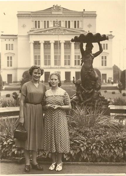 Els Roode (paremal) 1955. aastal sisseastumiseksamite ajal Riia ooperiteatri ees koos leedulanna Jadvigaga. Tänavu juulis tähistas Eesti esimene kõrgharidusega kandlemängija, õpetaja ja ansamblijuht oma 80 aasta juubelit.