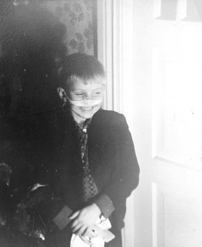 Luise tänava 1958. aasta Esimese Lume lahingu ohver. Fotol on tulevane näitleja, Leopoldi kehastaja, Rock Hoteli trummimees, produtsent ja vanaisa Harry Kõrvits viieaastane.